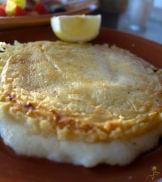 Lokalny specjał -Ladotiri saganaki--ser przechowywany w oliwie a następnie smażony