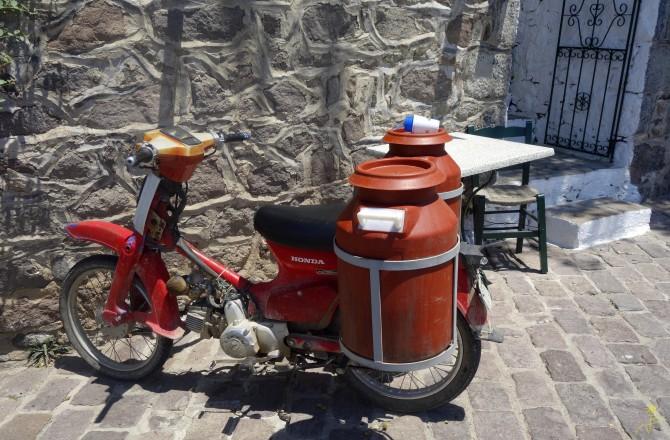 Najpopularniejszy środek transportu -motory i skutery , czasem dziwnie objuczone ;)