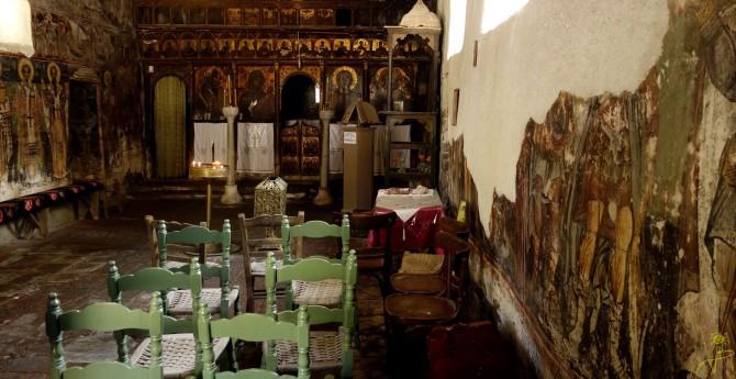 Fantastyczne wnętrze  kościoła Agios Nikolaos w Petrze