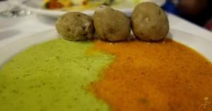 Papas arrugadas - ziemniaczki w łupinach gotowane w soli, podawane z mojo rojo lub mojo verde -czerwonym lub zielonym sosoem