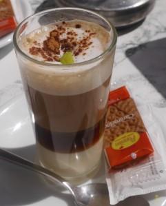 Warstwa słodkiego skondensowanego mleka, kawa, likier