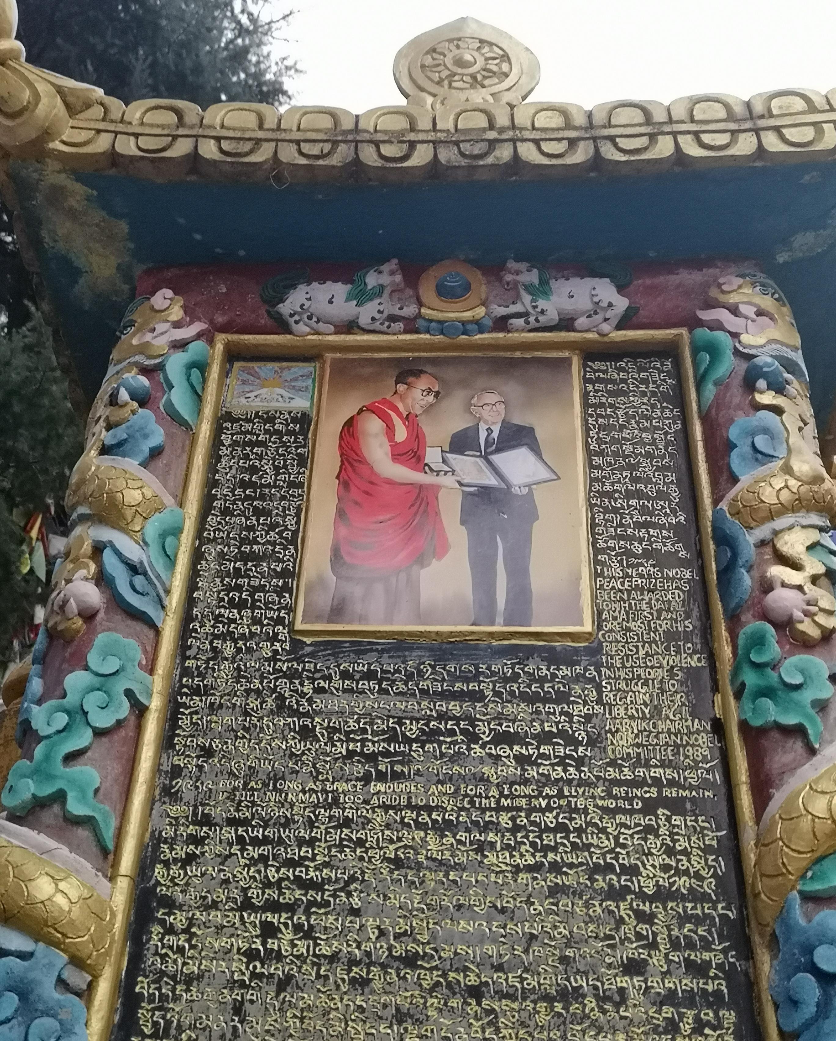 W lesie flag i młynków wokół Pałacu Dalajlamy